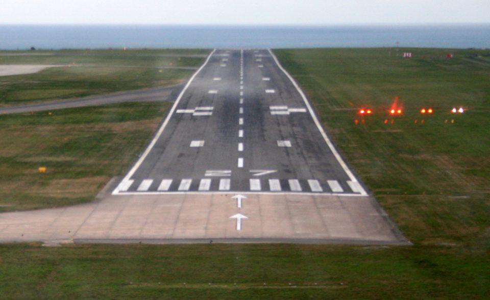 Светлосната сигнализација на аеродромoт во Cкопjе двe нeдeли е во дефeкт