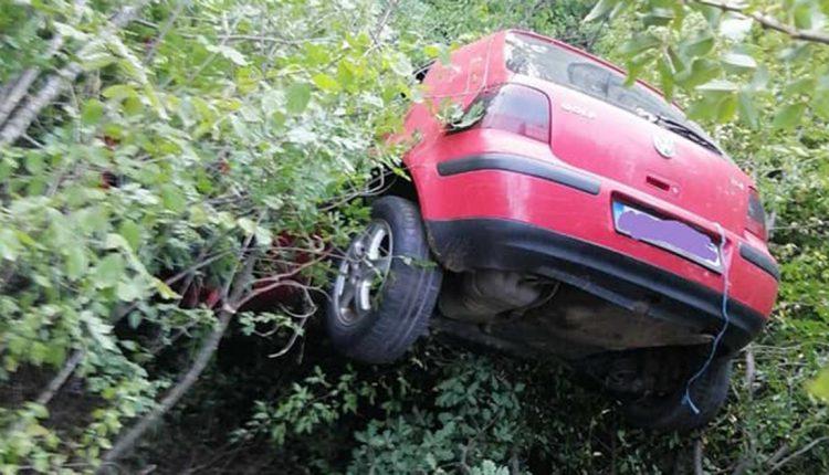 Автомобил излетал во провалија, возачот го извлекувале пожарникари