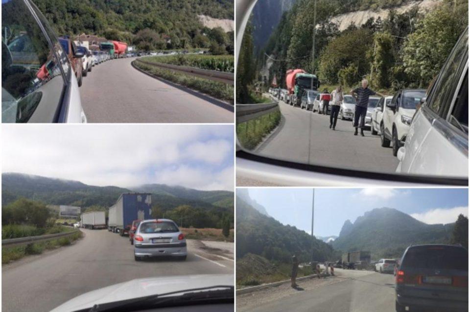Како џабе да го делат: Јуриш на црногорските плажи, километарски колони на граница