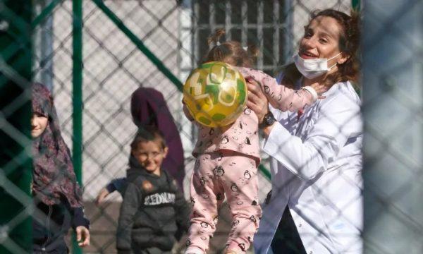 Родители од Албанија си ги носат децата во Италија и ги напуштаат