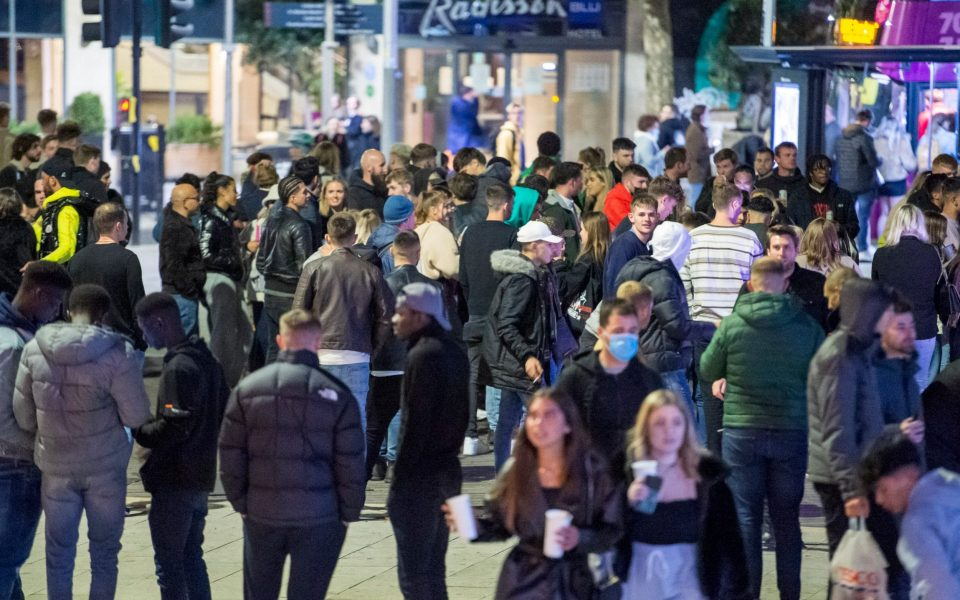 Забрана за собирање по дома, маалски карантин, затворање на баровите – строгите мерки се враќаат низ Европа