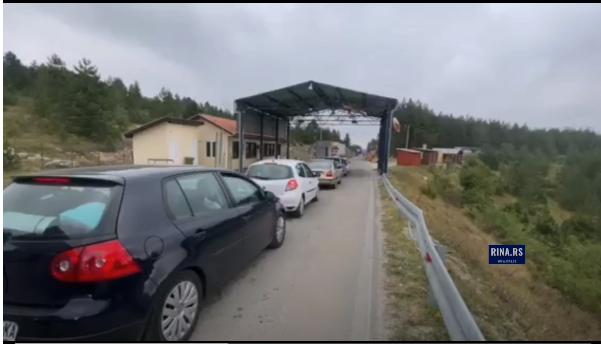 Србите брзаат да се вратат дома: Километарски колони на границата со Црна Гора,
