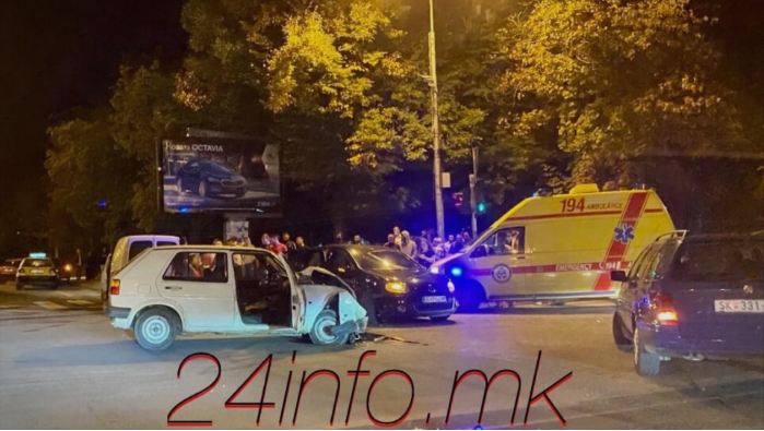 Тешка сообраќајка вечерва во Скопје, повредени најмалку две лица