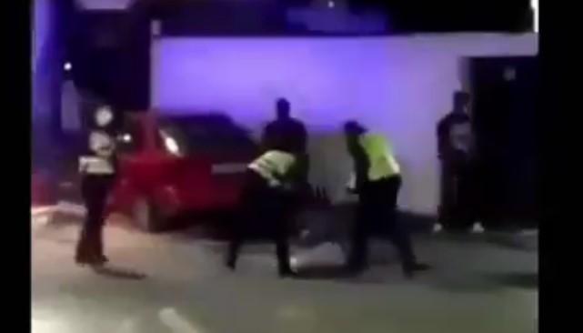 Нова снимка од инцидентот во Битола: Еден од присутните физички напаѓа полицаец?