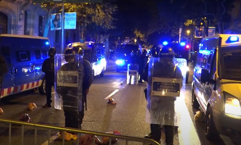 Демонстранти во Барселона ја нападнаа полицијата со исечени свински глави