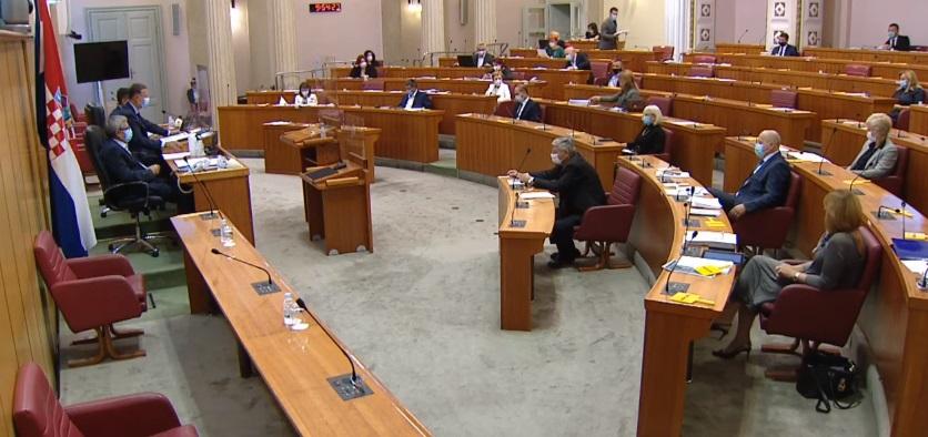 Хрватска пратеничка избркана од Парламентот бидејќи одбила да стави маска