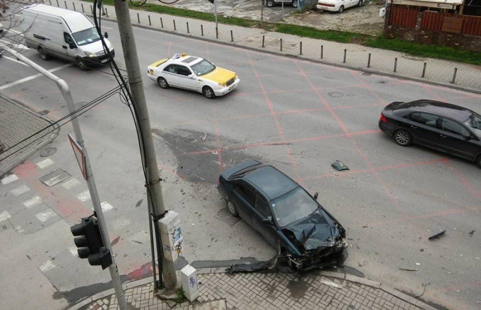 Сообраќајка на мерцедес и такси кај Католичката црква