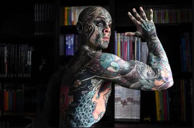 Французин вели дека тетоважите го чинат работно место во градинка