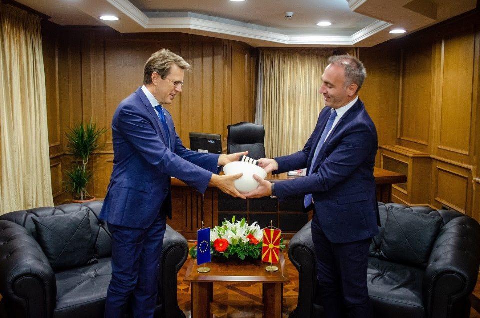 Првиот вицепремиер Груби на проштална средба со Жбогар му подари кече