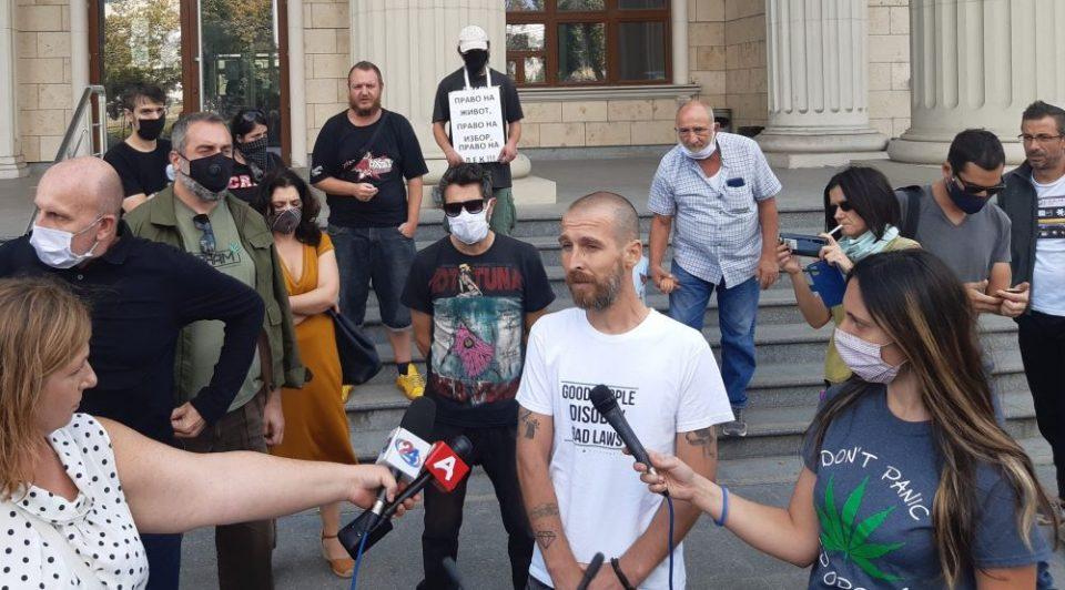 Граѓански протест пред судот за поддршка на активист за декриминализација на канабисот