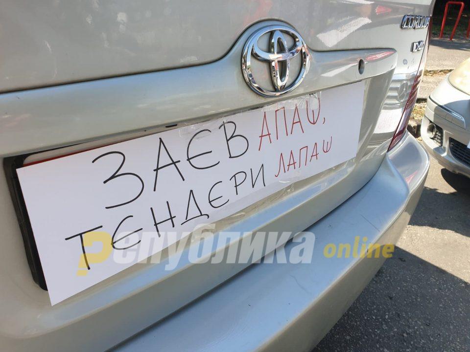 """""""Заев апаш-тендери лапаш"""": Скопјани протестираат против високата цена на струјата"""