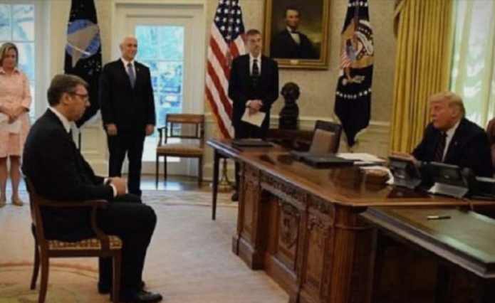 """Го плукаат Вучиќ за неговото седење """"како ученик"""" пред Трамп: Тие во Белата куќа не влегле, освен туристички"""