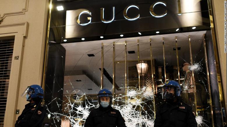 Протести во Италија поради мерките против Ковид-19, демонстранти ја гаѓале полицијата со петарди и шишиња и фрлале димни бомби