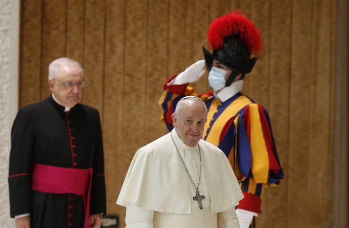 """Мора да внимаваме на """"дамата"""" наречена Ковид, рече папата Франциск откажувајќи се од маската"""
