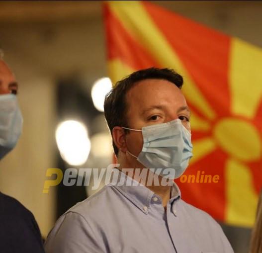 Николоски: Додека народот чека вакцини, а Македонија се дави во криминал најодговорните гајле немаат возат мотори