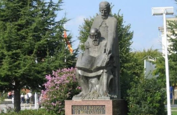 Во Софија Кирил и Методиј стануваат бугарски просветители, во Скопје разговори за Гоце Делчев да биде Бугарин