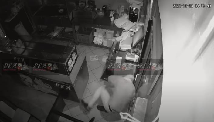 """Чесно се избламира: Крадец ја изгуби """"борбата"""" со надзорната камера"""