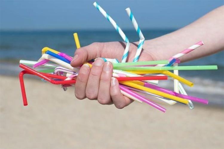Стапи на сила забраната за пластични сламки и лажички