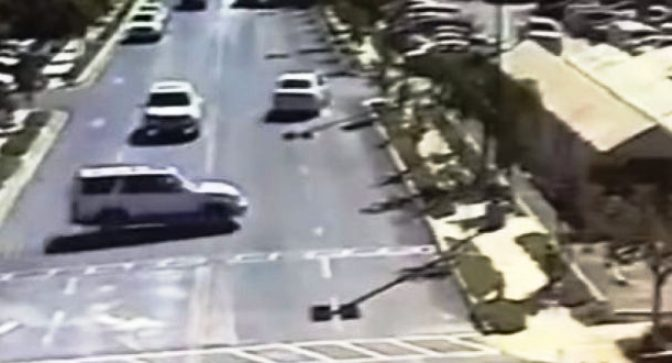 Џип се заби во ресторан во Калифорнија: Една жена загина, седум луѓе се во болница