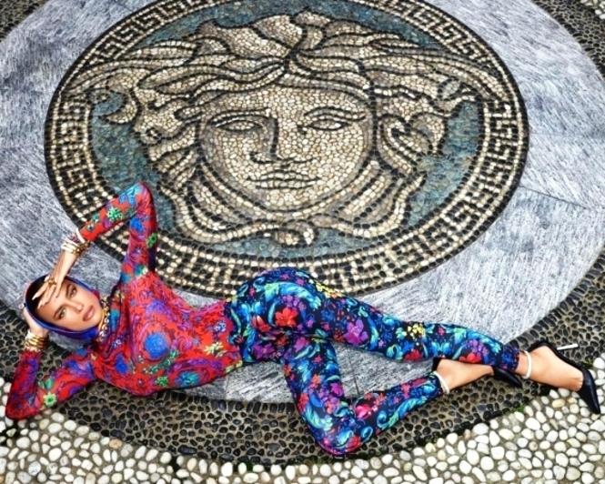 """Ирина Шајк """"како од мајка родена"""" позира за Версаче во рајската градина"""