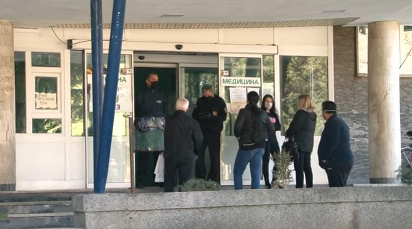 Отишле да го посетат, го нашле мртов, а никој од болницата не забележал: Битолската болница е во колапс, персоналот само се трга да не закачи корона