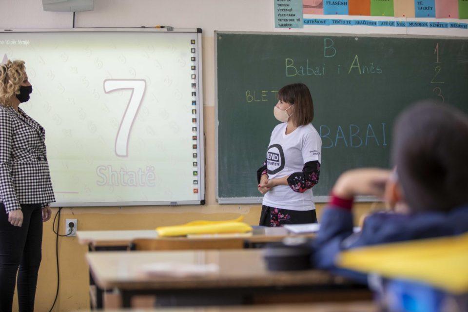 25 илјади деца се во сиромаштија, а Царовска турка проект темелен на елитизам од 120 милиони евра за дигитални учебници