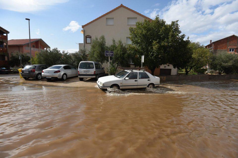 Големо невреме во Хрватска, сообраќајот е во колапс