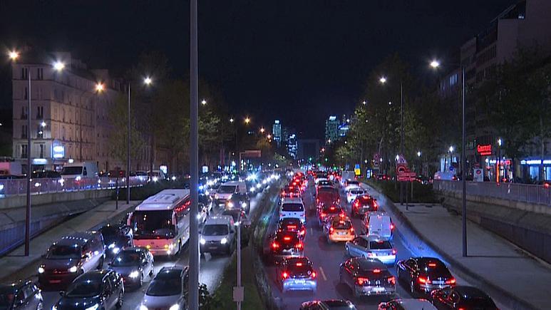 Стотина километри сообраќаен застој: Парижани масовно го напуштаа градот пред новиот полициски час