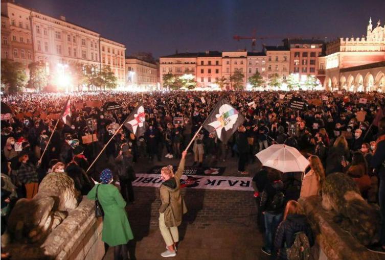 Масовни протести во Полска поради заострувањето на мерките против корона вирусот