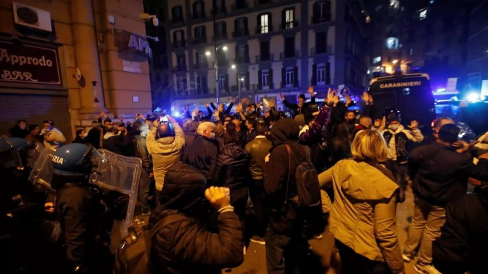 Хаос во Неапол по воведувањето карантин: Судири со демонстрантите, ранети полицајци