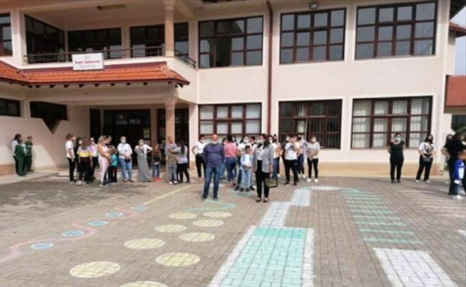 Родители од Босилово на протест против онлајн наставата, бараат децата да се вратат во училишните клупи