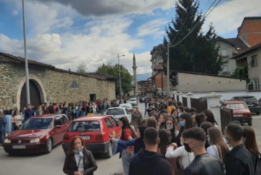 Средношколци во Тетово ја бојкотираа онлајн наставата, сакаат да одат во училиштата