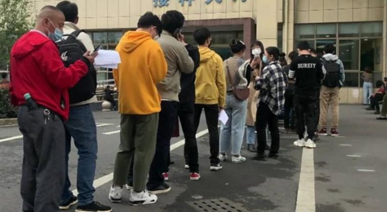 Во Кина започна вакцинација против коронавирусот, луѓето чекаат во редови