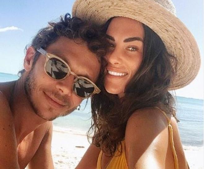 Позитивниот тест не му падна тешко: Валентино Роси ужива во карантин со италијанската убавица