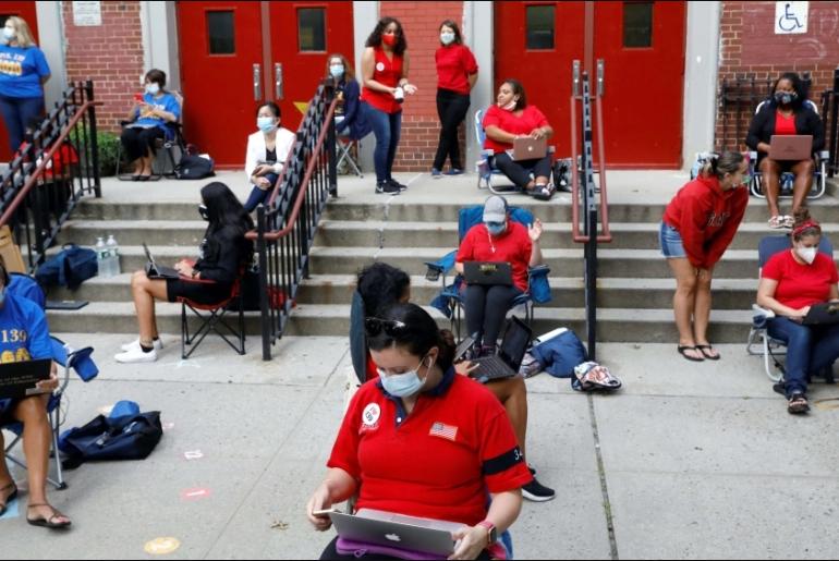 Гувернерот на Њујорк нареди да се затворат сите училишта во жариштата на Ковид-19