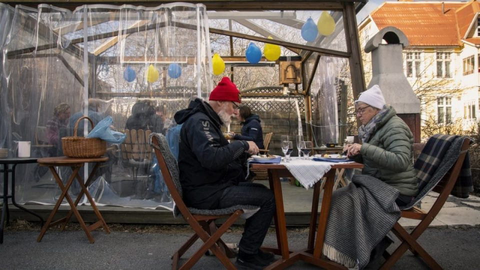 Шведска ги ослободи и повозрасните луѓе, веќе нема препорака да седат дома