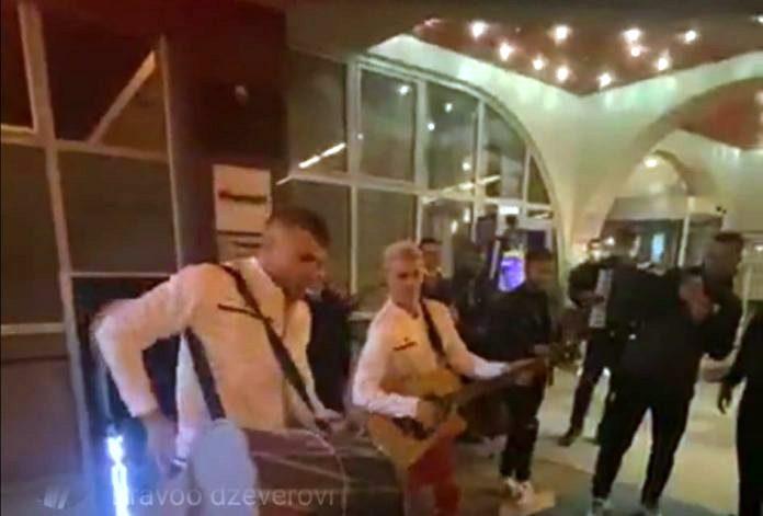 Се слави со тапани и зурли: Ристовски и Алиоски со инструменти в рака го прославија триумфот над Косово