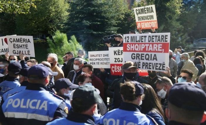 Дендиас во Тирана пречекан со протест, летаа шишиња кон грчката делагеција