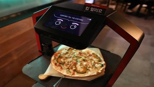 Робот со вештачка интелигенција служи клиенти во ресторан во Сеул