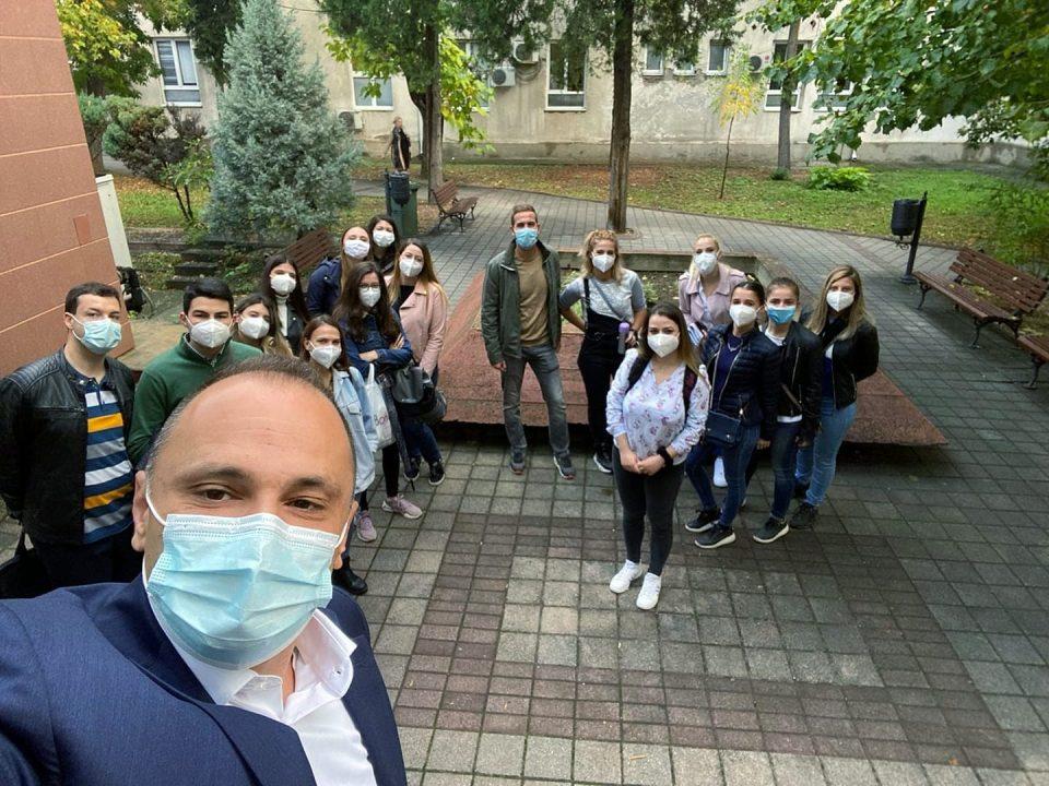 40 студенти од шеста година по општа медицина работат на анкетите на ковид позитивни пациенти