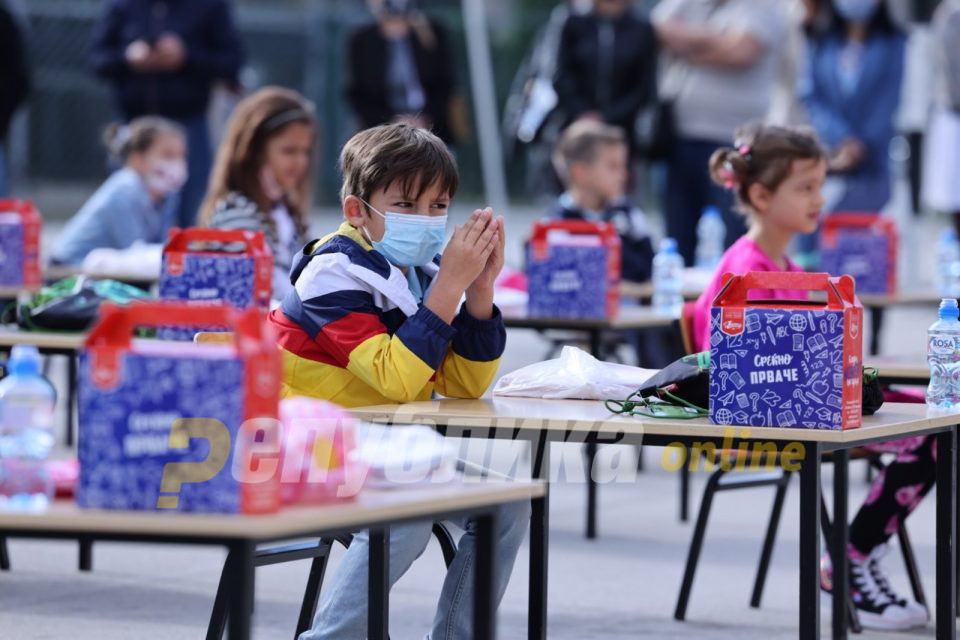 """Првиот училишен час на првачињата од """"Коменски"""" во присуство на премиерот, министерката, градоначалникот…"""