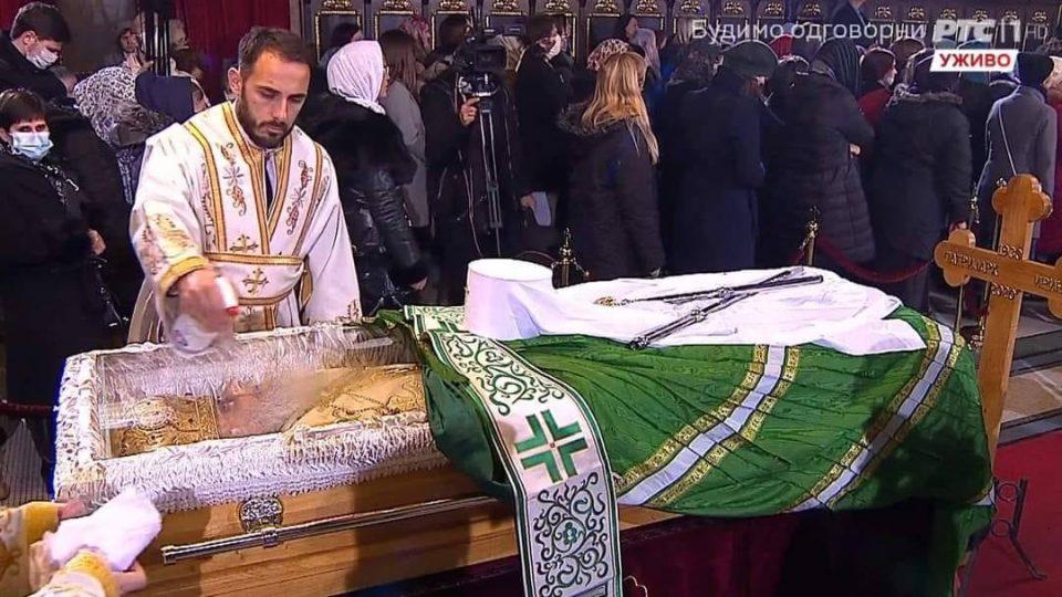 Се дезинфицира стаклото под кое е изложен Иринеј, верниците без маска го бакнуваат ковчегот