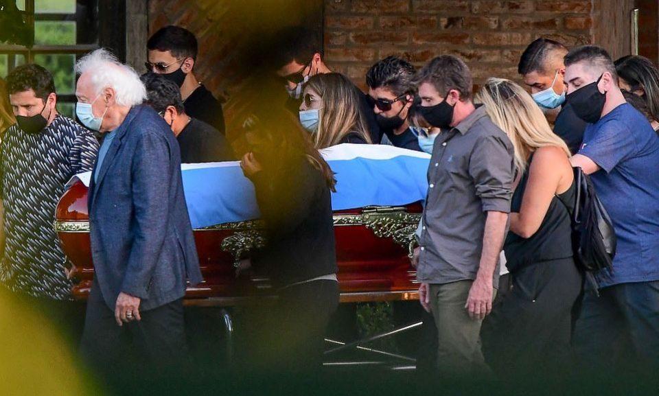 Марадона погребан до неговите родители во Буенос Аирес
