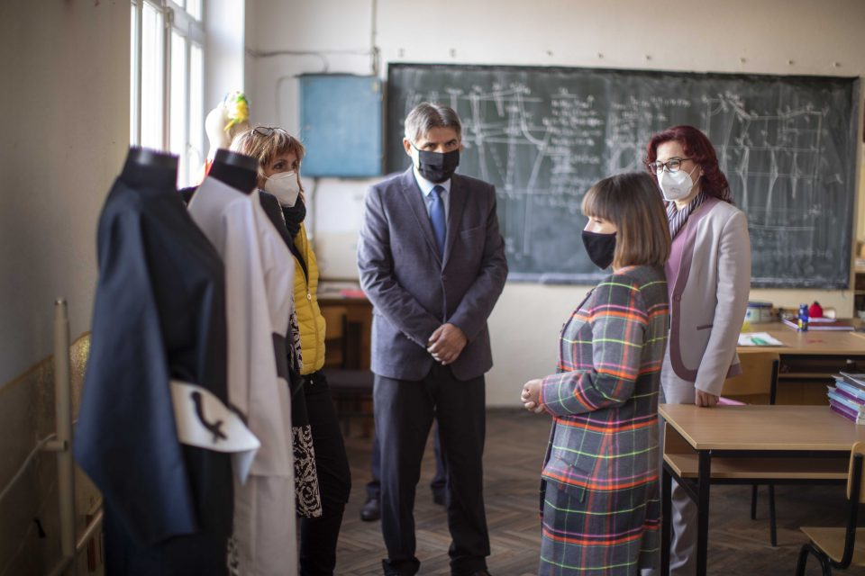 Царовска: Останува одлуката за учење од дома на повисоките одделенија