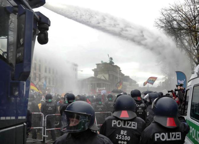 Водени топови ги смируваа демонстрантите во Берлин против рестриктивните мерки