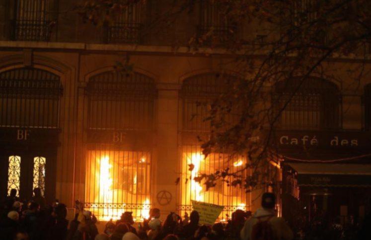 """Демонстрантите во Париз запалија филијала на """"Банк де Франс"""""""
