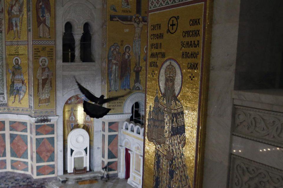 Црн гулаб леташе над телото на патријархот: Присутните тврдат дека тоа било божји знак