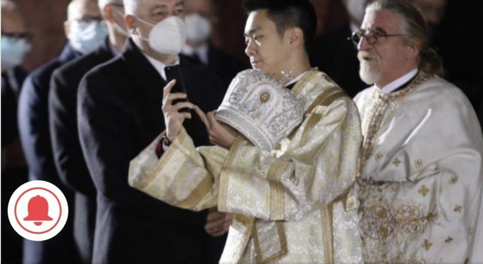 Мистериозен млад човек среде литургија на погребот на Иринеј го извади мобилниот