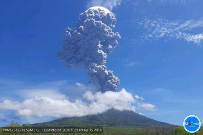 Илјадници евакуирани по ерупцијата на вулкан во Индонезија