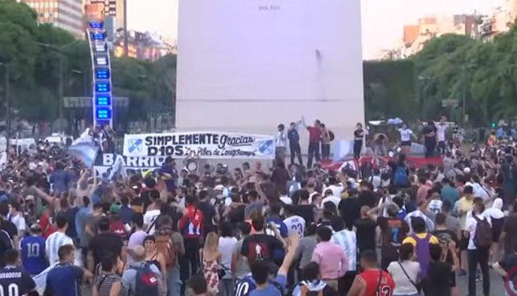 Илјадници Аргентинци се збогуваат со Марадона, ја урнале заштитната ограда за да стасаат до ковчегот